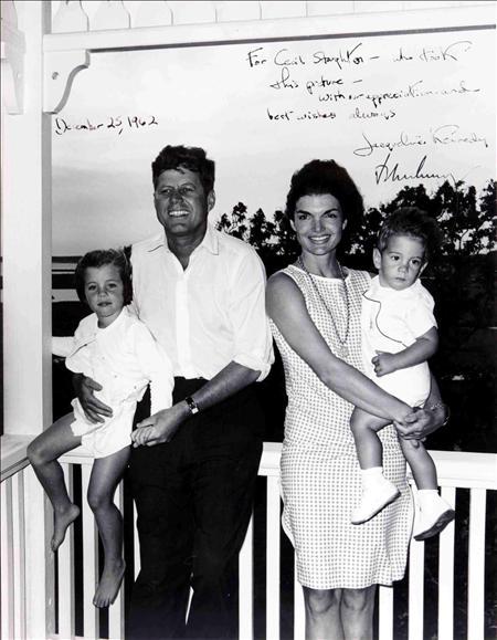 Subastan 12 mil fotografías que revelan la faceta más personal de Kennedy